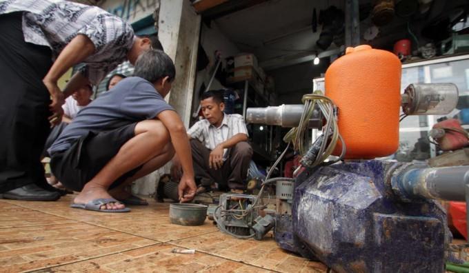 Memperbaiki Pompa Air Rusak Terendam Banjir